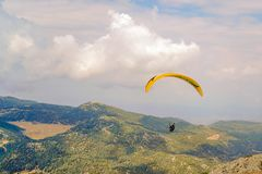 在跃迁之后的滑翔伞飞行在巴巴达格 图库摄影