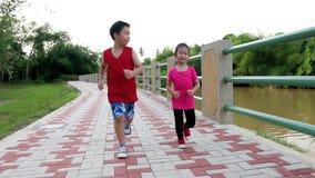 在跑步在公园的运动服的亚洲儿童赛跑者 健康生活方式 股票录像