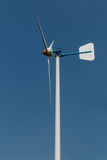 在跑的绿色能量风轮机 库存照片