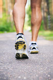 在跑腿者跑鞋之外的跑步的行程男性人 公赛跑者的跑鞋和腿外面在ro 免版税库存图片