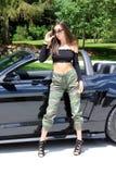 在跑车美丽的女孩的性感的模型有Ford Mustang Roush阶段3 900 HP马力肌肉汽车的 库存图片