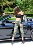 在跑车美丽的女孩的性感的模型有Ford Mustang Roush阶段3 900 HP马力肌肉汽车的 免版税库存照片