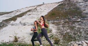 在跑通过石头路的山两可爱的夫人中间的一好日子做他们的锻炼  股票视频