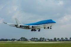 在跑道上的747台客机飞行 免版税库存图片