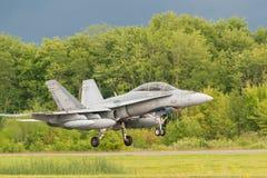 在跑道上的CF18 库存照片