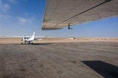 在跑道停放的两个小型飞机 库存照片