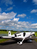 在跑道停放的爱尔兰飞机 免版税库存图片