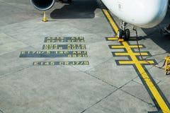 在跑道在曼彻斯特国际机场,英国的柏油碎石地面写出的文本 免版税库存图片