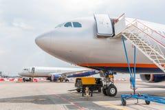 在跑道的两架乘客飞机在飞行前 免版税库存图片