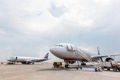 在跑道的两架新的乘客飞机在飞行前 免版税库存照片