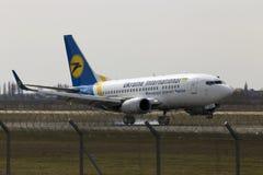 在跑道的乌克兰国际航空公司波音737-500航行器着陆 库存照片