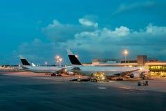 在跑道的乘客飞机在终端附近在一个机场在 库存照片
