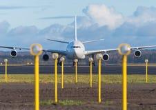 在跑道的乘客飞机 免版税库存图片
