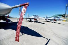 在跑道的军用飞机 库存图片