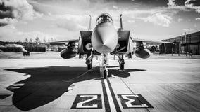 在跑道的喷气式歼击机 库存图片