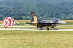 在跑道的土耳其F-16猎鹰 免版税图库摄影