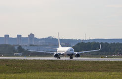 在跑道的大白色喷气式客机飞机在机场 库存图片