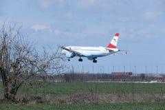 在跑道的奥地利航空空中客车A320-200 OE-LBS着陆 图库摄影