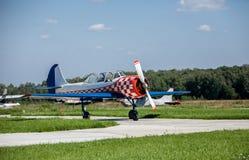 在跑道的小飞机起飞 库存照片