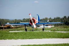 在跑道的小飞机起飞 免版税库存照片