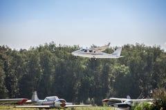 在跑道的小飞机起飞 免版税库存图片