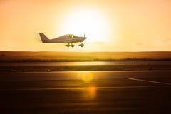在跑道的小飞机 免版税库存图片