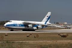 在跑道的巨大的安-124 免版税图库摄影