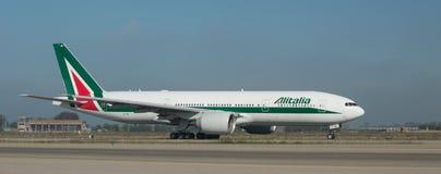在跑道的意大利航空波音777 免版税库存图片