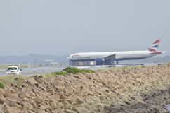 在跑道的机场安全 库存图片