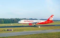 在跑道的柏林航空波音737 免版税库存图片