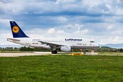 在跑道的汉莎航空公司空中客车在萨格勒布机场 库存图片