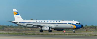 在跑道的汉莎航空公司葡萄酒 库存照片