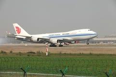 在跑道的波音747货物着陆 免版税库存图片