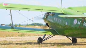 在跑道的老双翼飞机航空器 影视素材
