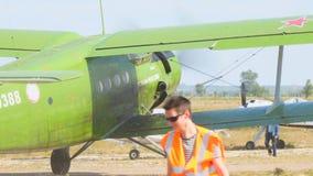 在跑道的老双翼飞机航空器 股票视频