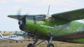 在跑道的老双翼飞机飞机 股票视频