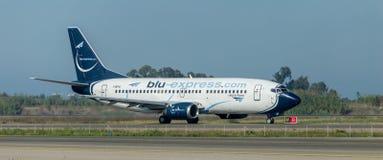 在跑道的蓝色明确航空公司 免版税库存照片