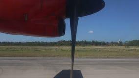 在跑道的转动的飞机发动机推进器 股票录像