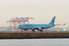 在跑道的韩航空中客车A330班机 库存照片