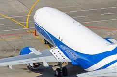 在跑道的飞机在停车场的机场 免版税库存图片