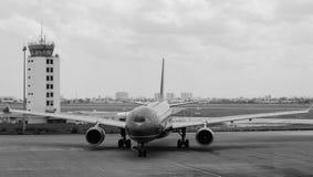 在跑道的飞机在猫双机场在海防市,越南 免版税库存图片