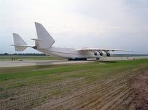 在跑道的飞机 库存图片