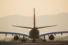 在跑道的飞机 免版税图库摄影