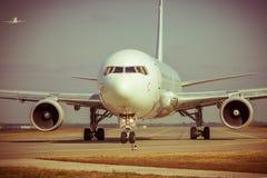 在跑道的飞机 免版税库存照片