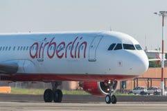 在跑道的AirBerlin波音737 免版税库存照片