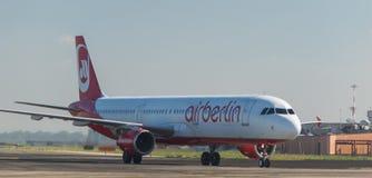 在跑道的AirBerlin波音737 库存照片