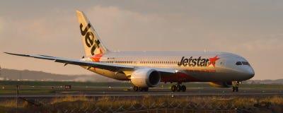 在跑道的Jetstar波音787 Dreamliner班机 库存照片