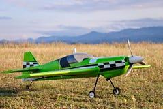 在跑道的RC式样绿色飞机 图库摄影