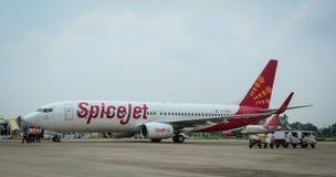 在跑道的SpiceJet飞机在机场在查谟,印度 免版税库存照片