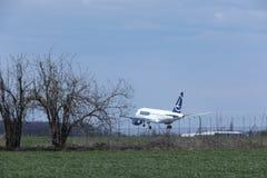在跑道的TAROM空中客车A318-100 YR-ASD着陆 免版税库存图片